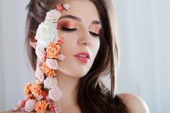 Όμορφο νέο κορίτσι με τα λουλούδια applique στο πρόσωπο Στοκ φωτογραφίες με δικαίωμα ελεύθερης χρήσης