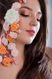 Όμορφο νέο κορίτσι με τα λουλούδια applique στο πρόσωπο Στοκ Εικόνες