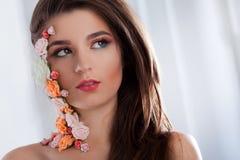 Όμορφο νέο κορίτσι με τα λουλούδια applique στο πρόσωπο Στοκ εικόνες με δικαίωμα ελεύθερης χρήσης