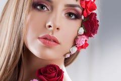 Όμορφο νέο κορίτσι με τα λουλούδια applique στο πρόσωπο Στοκ Φωτογραφίες