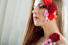 Όμορφο νέο κορίτσι με τα λουλούδια applique στο πρόσωπο Στοκ φωτογραφία με δικαίωμα ελεύθερης χρήσης