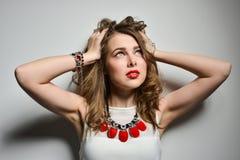 Όμορφο νέο κορίτσι με τα φωτεινά χείλια στο στούντιο Κόσμημα κοστουμιών κοσμήματος - σκουλαρίκια, βραχιόλι, κόκκινο περιδέραιο στοκ φωτογραφία με δικαίωμα ελεύθερης χρήσης
