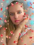 Όμορφο νέο κορίτσι, με την ξανθή τρίχα Στοκ Φωτογραφία