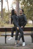 Όμορφο νέο κορίτσι με τη μακριά μαύρη τρίχα και μοντέρνος νεαρός άνδρας Στοκ φωτογραφία με δικαίωμα ελεύθερης χρήσης