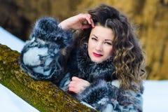 Όμορφο νέο κορίτσι με τις κουρτίνες το χειμώνα στο γκρίζο παλτό στοκ φωτογραφία με δικαίωμα ελεύθερης χρήσης