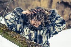 Όμορφο νέο κορίτσι με τις κουρτίνες το χειμώνα στο γκρίζο παλτό στοκ εικόνες με δικαίωμα ελεύθερης χρήσης