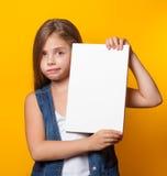 Όμορφο νέο κορίτσι με το λευκό πίνακα Στοκ Φωτογραφίες