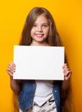 Όμορφο νέο κορίτσι με το λευκό πίνακα Στοκ Εικόνες