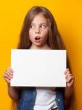 Όμορφο νέο κορίτσι με το λευκό πίνακα Στοκ Εικόνα