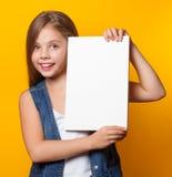 Όμορφο νέο κορίτσι με το λευκό πίνακα Στοκ εικόνα με δικαίωμα ελεύθερης χρήσης