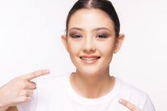 Όμορφο νέο κορίτσι με το στήριγμα Στοκ Φωτογραφία