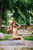 Όμορφο νέο κορίτσι με το όμορφο χαμόγελο σε μια ταλάντευση τη θερινή ημέρα υπαίθρια Στοκ φωτογραφίες με δικαίωμα ελεύθερης χρήσης