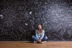 Όμορφο νέο κορίτσι μπροστά από τον πίνακα Στοκ φωτογραφίες με δικαίωμα ελεύθερης χρήσης