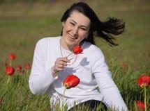 Όμορφο νέο κορίτσι νεράιδων σε έναν τομέα μεταξύ των λουλουδιών της τουλίπας Στοκ εικόνες με δικαίωμα ελεύθερης χρήσης