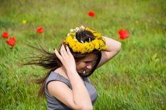 Όμορφο νέο κορίτσι νεράιδων σε έναν τομέα μεταξύ των λουλουδιών της τουλίπας Στοκ Φωτογραφία
