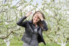 Όμορφο νέο κορίτσι νεράιδων σε έναν ανθίζοντας κήπο δαμάσκηνων Το πορτρέτο ενός κοριτσιού σε ένα λευκό ανθίζει το υπόβαθρο Στοκ Εικόνα