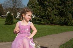 Όμορφο νέο κορίτσι που εξετάζει έξω το πάρκο Στοκ φωτογραφίες με δικαίωμα ελεύθερης χρήσης