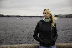 Όμορφο νέο κορίτσι που εξετάζει τη κάμερα Στοκ φωτογραφία με δικαίωμα ελεύθερης χρήσης