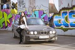 Όμορφο νέο κορίτσι που θέτει για το BMW-αυτοκίνητο 5 σειρές, e34 Στοκ Εικόνες