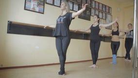 Όμορφο νέο κορίτσι που κάνει workout στο βίντεο μήκους σε πόδηα αποθεμάτων στούντιο χορού φιλμ μικρού μήκους