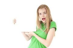 Όμορφο νέο κορίτσι που παρουσιάζει κενό κενό σημάδι εγγράφου για το κείμενο. Χαριτωμένος Στοκ Εικόνα