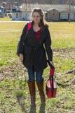 Όμορφο νέο κορίτσι που προέρχεται κατ' οίκον από το σχολείο στις μπότες Στοκ Εικόνα