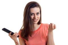 Όμορφο νέο κορίτσι που προσέχει μια TV με pop-corn Στοκ Εικόνες