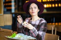 Όμορφο νέο κορίτσι που τρώει τη σαλάτα στον καφέ Στοκ εικόνες με δικαίωμα ελεύθερης χρήσης
