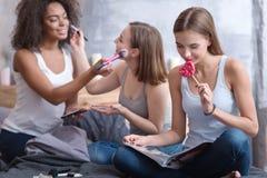 Όμορφο νέο κορίτσι που τρώει το lollipop Στοκ φωτογραφία με δικαίωμα ελεύθερης χρήσης