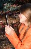 Όμορφο νέο κορίτσι που χρησιμοποιεί την ταμπλέτα της Στοκ φωτογραφίες με δικαίωμα ελεύθερης χρήσης
