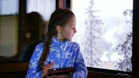 Όμορφο νέο κορίτσι που χρησιμοποιεί την ταμπλέτα της απόθεμα βίντεο