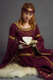 Όμορφο νέο κορίτσι σε ένα ιστορικό φόρεμα Στοκ φωτογραφία με δικαίωμα ελεύθερης χρήσης