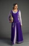 Όμορφο νέο κορίτσι σε ένα ιστορικό φόρεμα Στοκ εικόνα με δικαίωμα ελεύθερης χρήσης