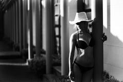 Όμορφο νέο κορίτσι σε ένα κοστούμι λουσίματος Στοκ φωτογραφίες με δικαίωμα ελεύθερης χρήσης