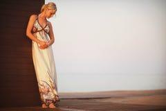 Όμορφο νέο κορίτσι σε ένα μακρύ φόρεμα Στοκ Εικόνες