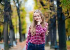Όμορφο νέο κορίτσι σε ένα πάρκο πτώσης Στοκ Φωτογραφία