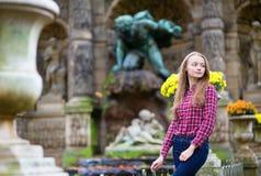 Όμορφο νέο κορίτσι σε ένα πάρκο πτώσης Στοκ Φωτογραφίες
