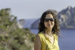 Όμορφο νέο κορίτσι στα γυαλιά ηλίου στη θάλασσα στοκ φωτογραφία με δικαίωμα ελεύθερης χρήσης