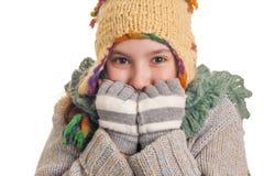Όμορφο νέο κορίτσι στα θερμά χειμερινά ενδύματα Στοκ Φωτογραφίες