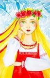 Όμορφο νέο κορίτσι στα ρωσικά λαϊκά ενδύματα με ένα στεφάνι των λουλουδιών στο κεφάλι της Ένα κορίτσι με τα όμορφα πράσινα μάτια  απεικόνιση αποθεμάτων