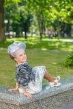 Όμορφο νέο κορίτσι στην εκλεκτής ποιότητας τοποθέτηση φορεμάτων Στοκ Φωτογραφίες