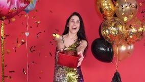 Όμορφο νέο κορίτσι στην εκμετάλλευση φορεμάτων σπινθηρίσματος παρούσα απόθεμα βίντεο