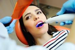 Όμορφο νέο κορίτσι στην καρέκλα του οδοντιάτρου Στοκ εικόνες με δικαίωμα ελεύθερης χρήσης