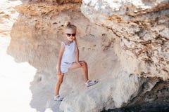 Όμορφο νέο κορίτσι στους βράχους Στοκ Φωτογραφίες