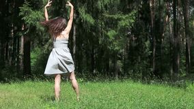 Όμορφο νέο κορίτσι στους γκρίζους χορούς φορεμάτων απόθεμα βίντεο