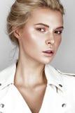 Όμορφο νέο κορίτσι στο άσπρο φόρεμα με μια ελαφριά φυσική σύνθεση Πρόσωπο ομορφιάς στοκ εικόνες με δικαίωμα ελεύθερης χρήσης