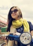 Όμορφο νέο κορίτσι στο αναδρομικό μηχανικό δίκυκλο Στοκ Εικόνες