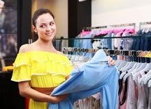 Όμορφο νέο κορίτσι στο κατάστημα Στοκ εικόνα με δικαίωμα ελεύθερης χρήσης