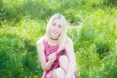 Όμορφο νέο κορίτσι στο καλοκαίρι φύσης Στοκ Εικόνες