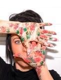 Όμορφο νέο κορίτσι τα χέρια που χρωματίζονται με Στοκ Εικόνα